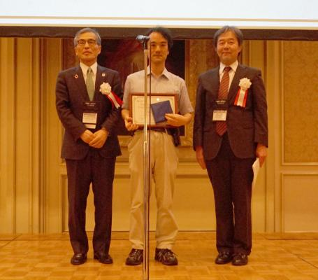 Prof. Yukihiko Shigesada (center) of Hosei University receives Young Computer Researcher Award